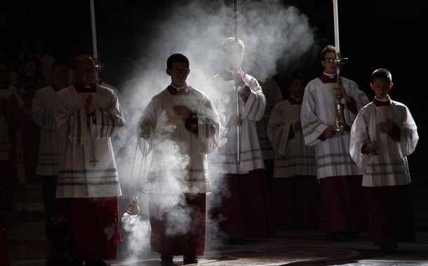 Altar boys arrive in procession during a mass celebrated by Pope Benedict XVI to commemorate cardinals and bishops who died this year, in St. Peter's Basilica at the Vatican November 3, 2011. REUTERS/Tony Gentile (VATICAN - Tags: RELIGION TPX IMAGES OF THE DAY)